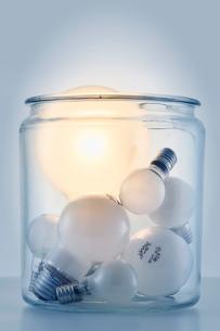 瓶の中に入った複数の電球の写真素材 [FYI01464210]