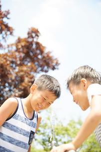 水飲み場で遊ぶ兄弟の写真素材 [FYI01464231]