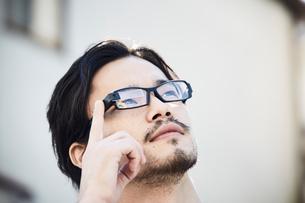 スマートグラスをかけている男性の写真素材 [FYI01464250]