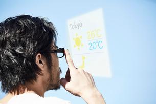 スマートグラスをかけている男性の写真素材 [FYI01464262]