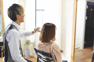 美容室でカウンセリングをするスタイリストと客の写真素材 [FYI01464291]