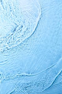 水色を背景に流れる水の写真素材 [FYI01464321]