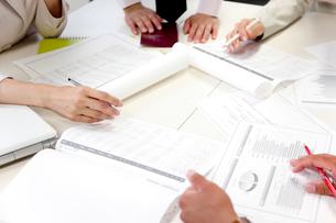 会議するビジネスマンの手元アップの写真素材 [FYI01464378]