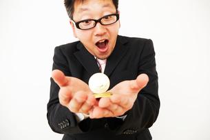 ビットコインのビジネスに成功したスーツを着た男性の写真素材 [FYI01464394]