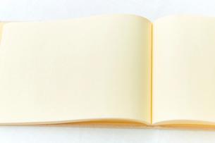 白いリネンのクロスの上のノートの写真素材 [FYI01464410]