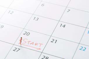 カレンダーの上のミニチュア人形の女性の写真素材 [FYI01464428]
