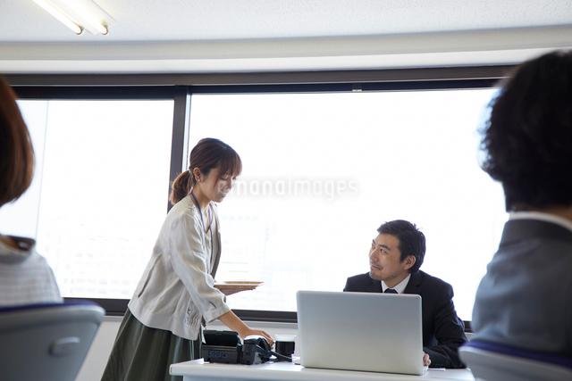 上司にお茶を配る女性の写真素材 [FYI01464431]