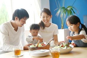 食事をする4人家族の写真素材 [FYI01464433]