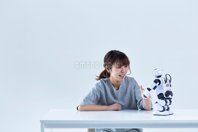 ミニロボットとおしゃべりする女性の写真素材 [FYI01464436]