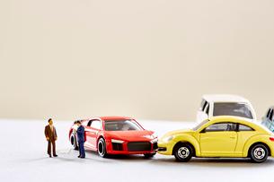 二台のミニカーとミニチュアの人の写真素材 [FYI01464455]