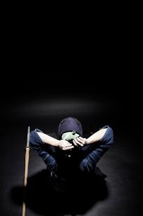 剣道の面の紐を結ぶ道着をきた男性の写真素材 [FYI01464471]