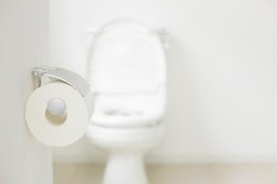 白い床と壁の空間にあるトイレのトイレットペーパーの写真素材 [FYI01464507]