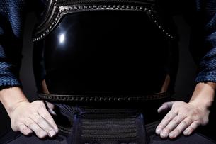 剣道着をきて正座をする男性の胴部分のアップの写真素材 [FYI01464539]