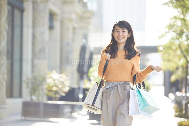 ショッピングを楽しむ笑顔の女性の写真素材 [FYI01464547]
