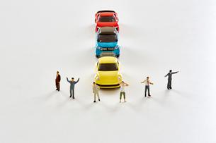 三台のミニカーとミニチュアの人達の写真素材 [FYI01464553]