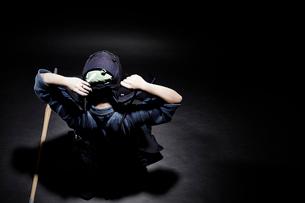 剣道の面の紐を結ぶ道着をきた男性の写真素材 [FYI01464570]