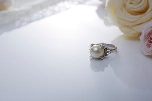 パールの指輪と白いバラの写真素材 [FYI01464582]