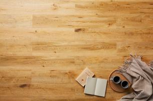ナチュラルの節のある木目の床の上に置かれた小物の写真素材 [FYI01464598]
