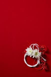 赤い背景に飾られた正月飾りの写真素材 [FYI01464610]