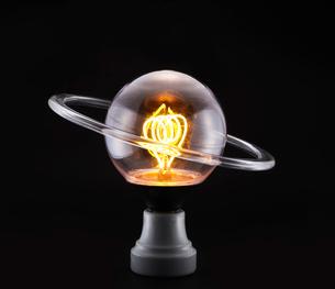 電球と透明の丸いわっかの写真素材 [FYI01464612]