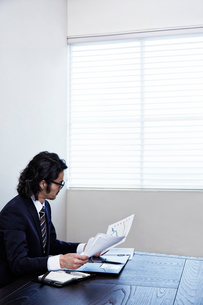 会議中のビジネスマンの写真素材 [FYI01464620]