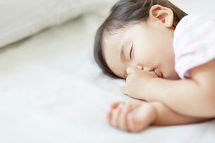 ぐっすり眠る赤ちゃんの写真素材 [FYI01464635]