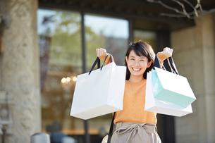 ショッピングを楽しむ笑顔の女性の写真素材 [FYI01464636]