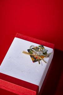 赤い天板に置かれたお年賀の写真素材 [FYI01464637]
