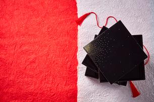 紅白の和紙に置かれたお重の写真素材 [FYI01464640]