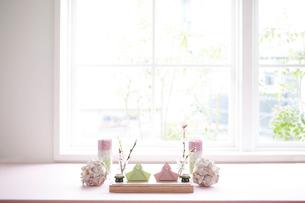 お雛飾りのテーブルコーディネートの写真素材 [FYI01464644]