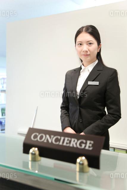 コンシェルジュの女性の写真素材 [FYI01464663]