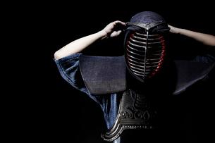 剣道の面の紐を結ぶ道着をきた男性の写真素材 [FYI01464686]