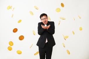 ビットコインのビジネスに成功したスーツを着た男性の写真素材 [FYI01464691]
