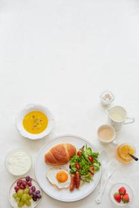 白いリネンのクロスの上の朝食セットの写真素材 [FYI01464719]
