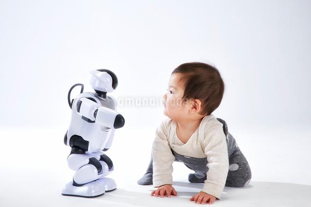 赤ちゃんと遊ぶロボットの写真素材 [FYI01464722]
