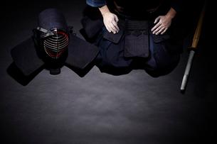 面と竹刀を横に置いて正座する道着を着た男性の写真素材 [FYI01464752]