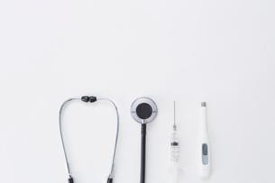 並んだ聴診器と注射と体温計の写真素材 [FYI01464768]