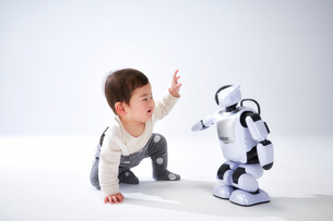 赤ちゃんと遊ぶロボットの写真素材 [FYI01464770]