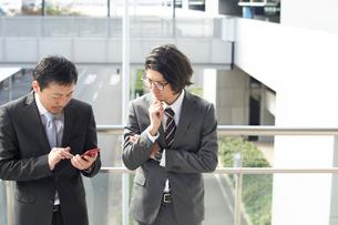 スマートフォンを確認するサラリーマンの写真素材 [FYI01464773]