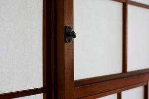 ふすま戸に付いた鍵のアップの写真素材 [FYI01464777]