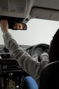 バックミラーを確認する運転席の女性の写真素材 [FYI01464804]