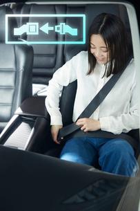 シートベルトを締める女性の写真素材 [FYI01464805]