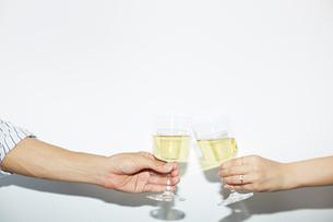 乾杯をする手元の写真素材 [FYI01464808]