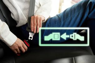 シートベルトを締める女性の写真素材 [FYI01464809]