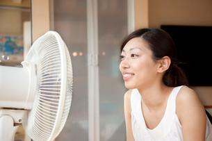 扇風機で涼む若い女性の写真素材 [FYI01464810]