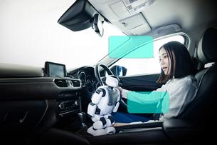 自動運転車に乗る女性の写真素材 [FYI01464812]