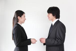 名刺交換する男女ビジネスマンの写真素材 [FYI01464848]