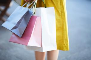 買い物をして歩く女性の写真素材 [FYI01464855]