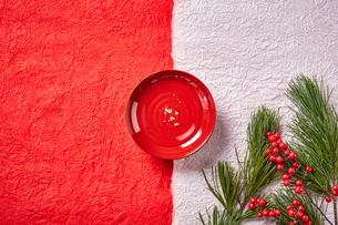 紅白の和紙に置かれた屠蘇の盃と松の写真素材 [FYI01464859]