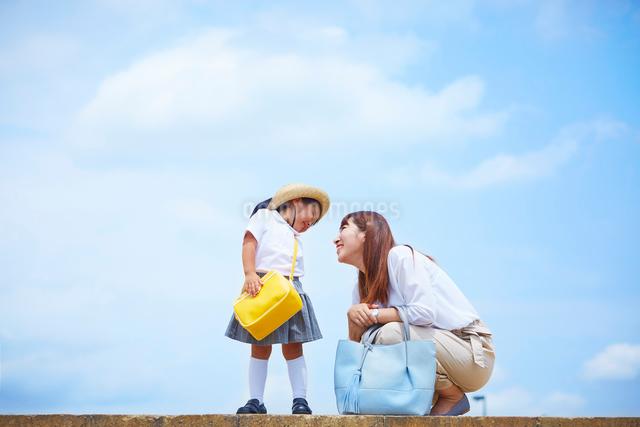 青空を背景に見つめ合う親子の写真素材 [FYI01464864]